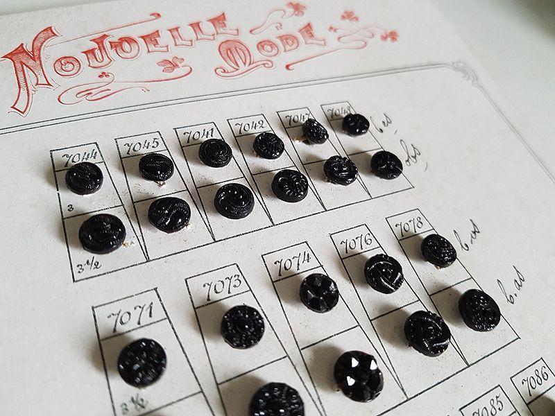 画像1: アンティーク フレンチジェットボタンシート 75個 (1)