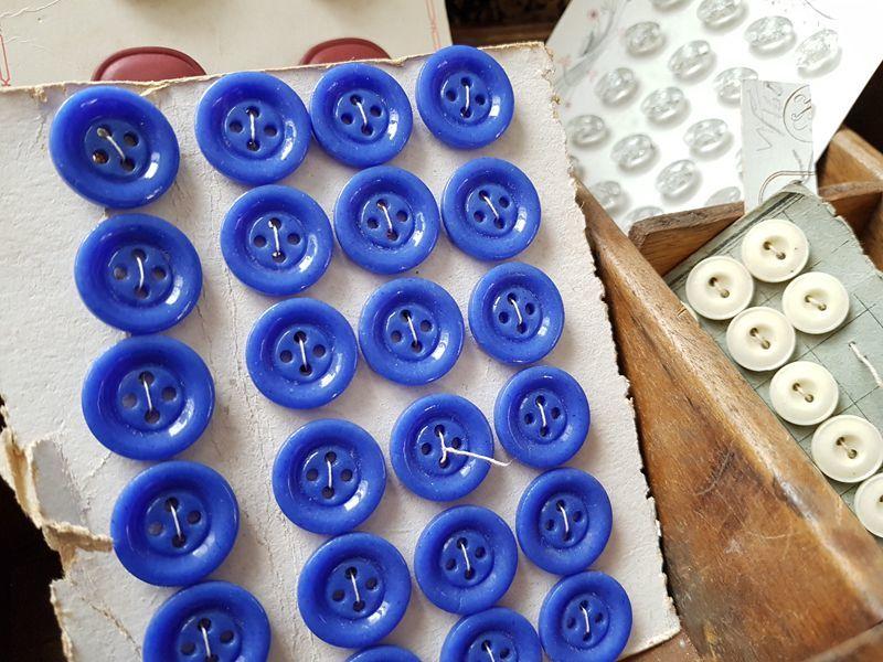 画像1: アンティーク 青いガラスボタンシート18mm (1)