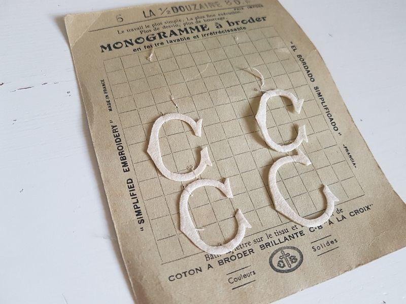 画像1: フランスアンティーク カルティエ=ブレッソン刺繍用モノグラムシート「C」 (1)