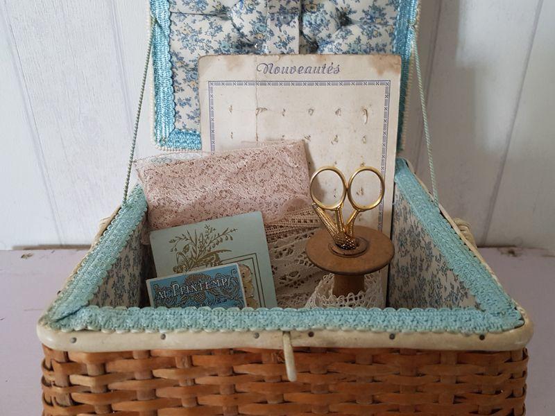 画像1: チェコスロバキアヴィンテージ パニエ型お裁縫箱 (1)