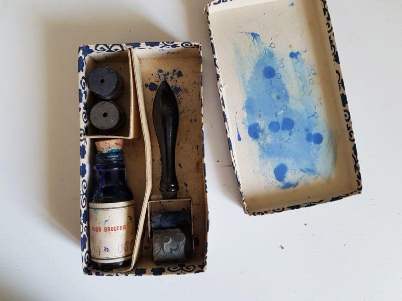 画像1: フランスアンティーク 箱入り刺繍スタンプセット インクつき (1)