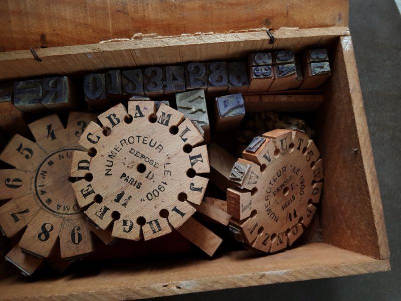画像1: フランスアンティーク 木箱に入った木製スタンプセット (1)