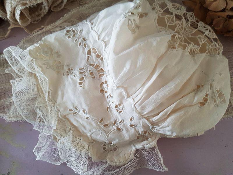 画像1: フランスアンティーク べべ カットワーク刺繍のボネ (1)
