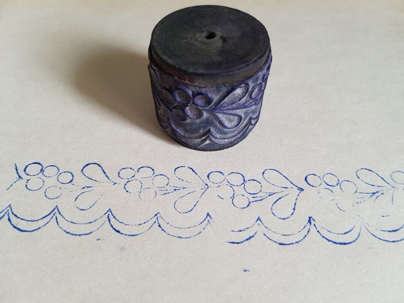 画像1: フランスアンティーク 刺繍スタンプ 木の実 (1)