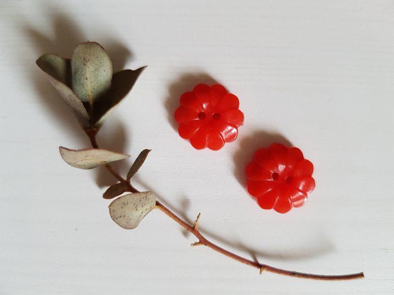 画像1: フランスヴィンテージ ちいさな赤いお花のボタン 14mm 2個セット (1)