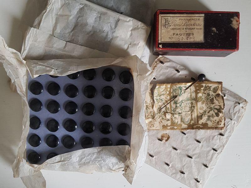 画像1: フランスアンティーク 1900年前後 包み紙つき黒ボタンシート13mm (1)