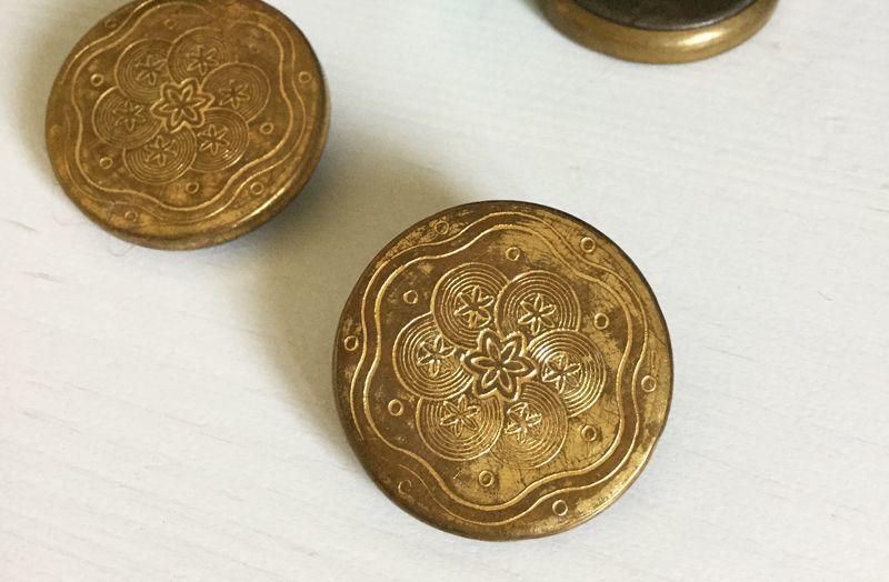 画像1: フランスアンティーク 繊細柄の真鍮ボタン 22mm (1)