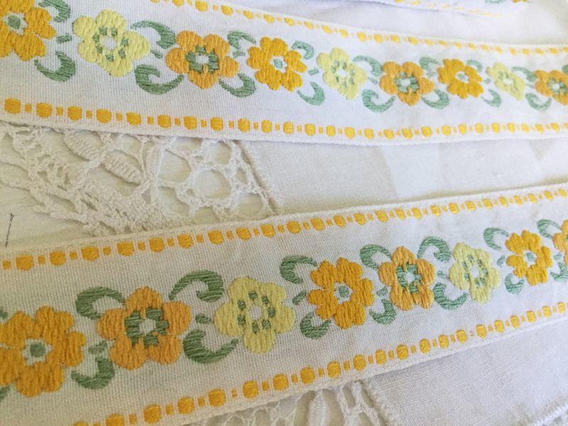 画像1: フランス 黄色いお花柄の刺繍リボン 50cm〜切売り対応 (1)