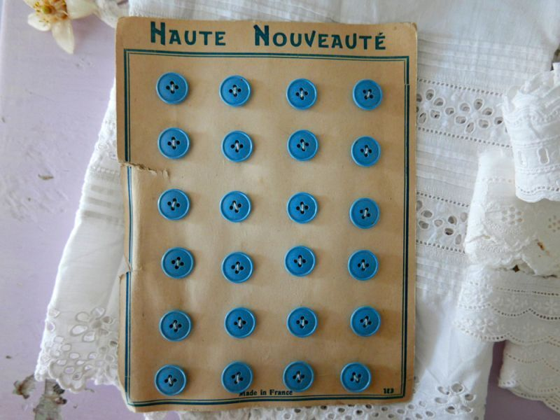 画像1: フランスヴィンテージ 水色のボタンシート 14mm (1)